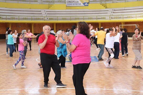 Adultos mayores y sus nietos podrán hacer deporte durante el verano